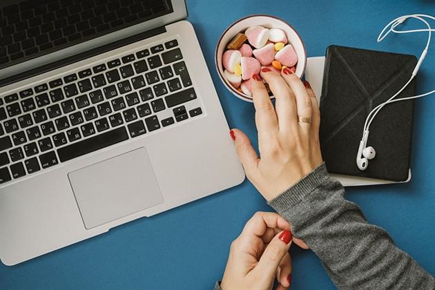 تناول كمية كبيرة من السكر يشعرك بالخمول والكسل ويقلل من انتاجيتك في العمل